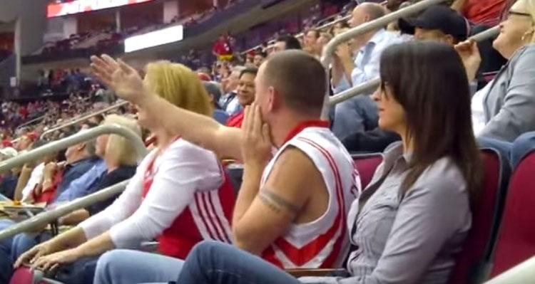 """Su novia no quería participar en la """"Kiss Cam"""", ahora mira a la chica de su izquierda"""