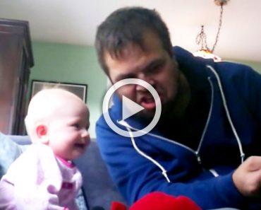 Su tío le lee un cuento y el bebé no para de reír: ¿El motivo? Escucha su voz...