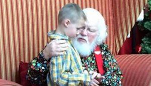 Niño autista confiesa un secreto oscuro, Santa lo agarra y le dice 5 palabras