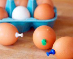 Pone chinchetas en el extremo de los huevos antes de cocinarlos... ¡Tengo que probarlo!