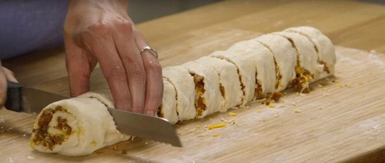 Enrolla una masa con carne y queso y consigue una comida que tendrá a tu familia pidiendo más