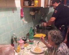La policía llega para investigar por qué llora una pareja anciana, y descubren lo que ocurre