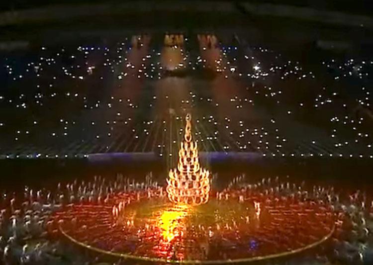 Forman un árbol de Navidad humano. Su siguiente movimiento dejó al público SIN respiración