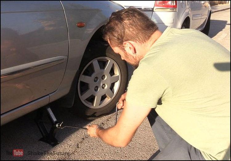 Si te quedas sin batería puedes arrancar tu coche con tan solo una cuerda. Así...