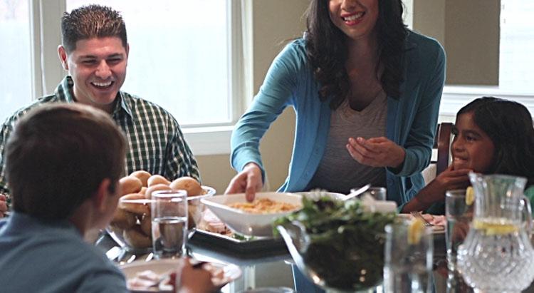 Se metió con los pechos de su mujer mientras cenaban. Pero nunca imaginarías lo que hizo ella a continuación...
