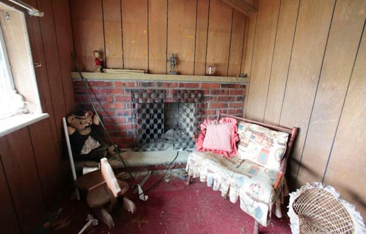 Esta pareja descubrió en su propiedad una minicasa hecha para niños