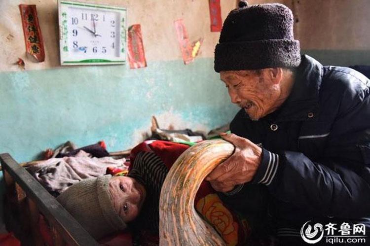 Esta es la historia de verdadero amor de un hombre que ha cuidado a su esposa paralizada durante 56 años