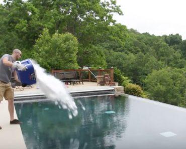 Mira lo que ocurre cuando vacías un cubo repleto de hielo seco en una piscina