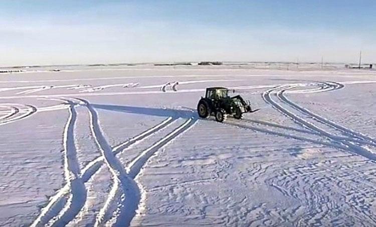 El tractor escribe un mensaje en la nieve y todo Internet aplaude el resultado final