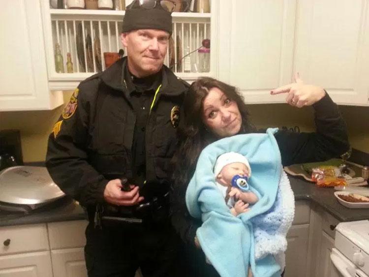 """Piensan que una mujer trafica con menores. El policía va a su casa y encuentra miles de extraños """"bebés"""""""
