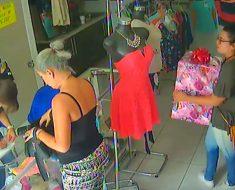 La cámara de seguridad grabó un nuevo tipo de robo. ATENCIÓN a la mujer del regalo
