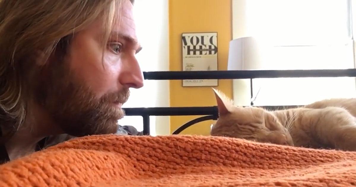 Este tipo se venga de su gato que lo despertaba cada día a las 4 de la mañana