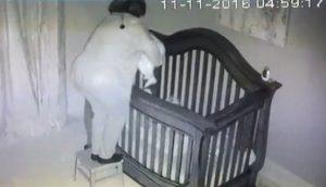 La abuela pone al bebé en la cuna y la cámara de seguridad capta algo que hace reír a todos