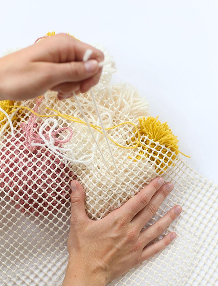 Si todavía no has envuelto tus rollos de papel higiénico con hilo, estás perdiéndote algo importante