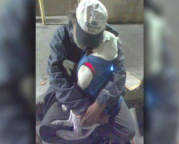 Encuentras a un hombre sin hogar moribundo abrazado a su perro. Entonces él pide su último deseo