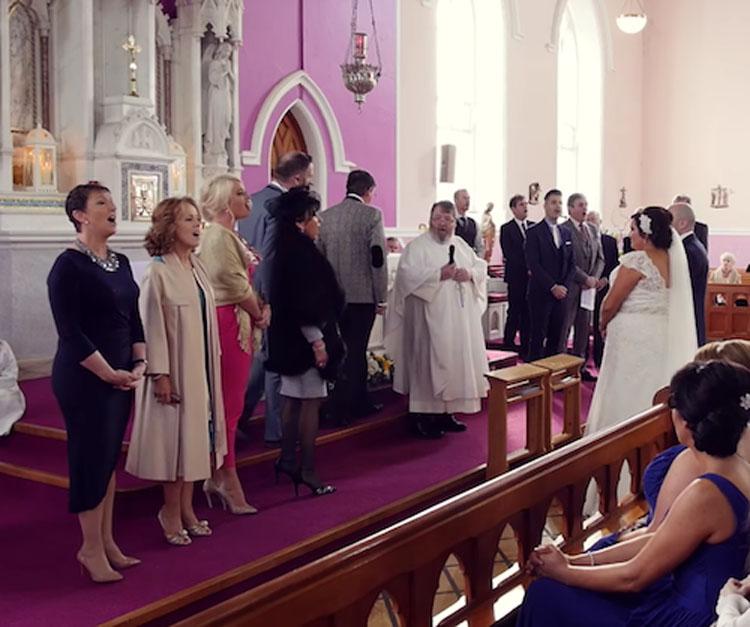 La ceremonia se interrumpe por una voz desde atrás, la novia se da la vuelta y se echa a llorar