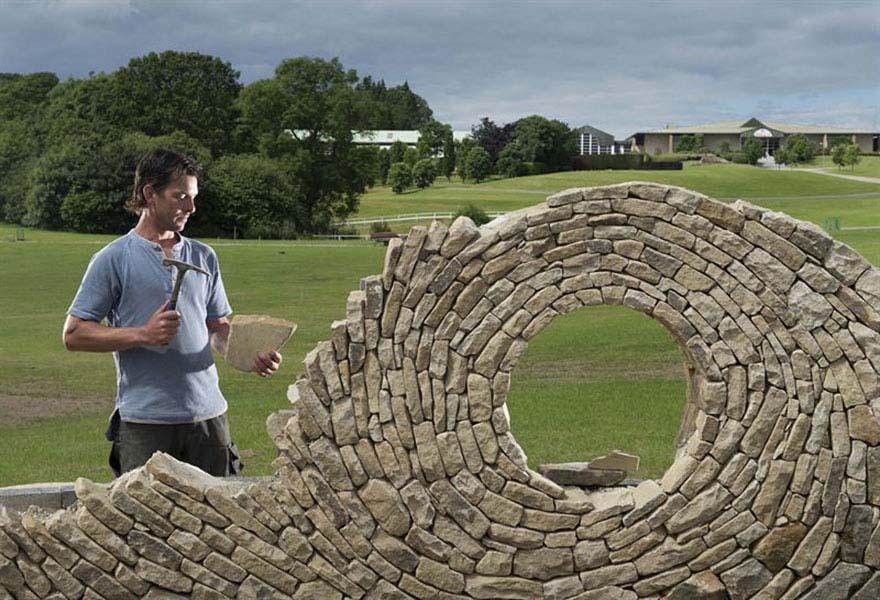 Este hombre ha creado obras de arte utilizando piedras. ¡No hemos visto nada igual!