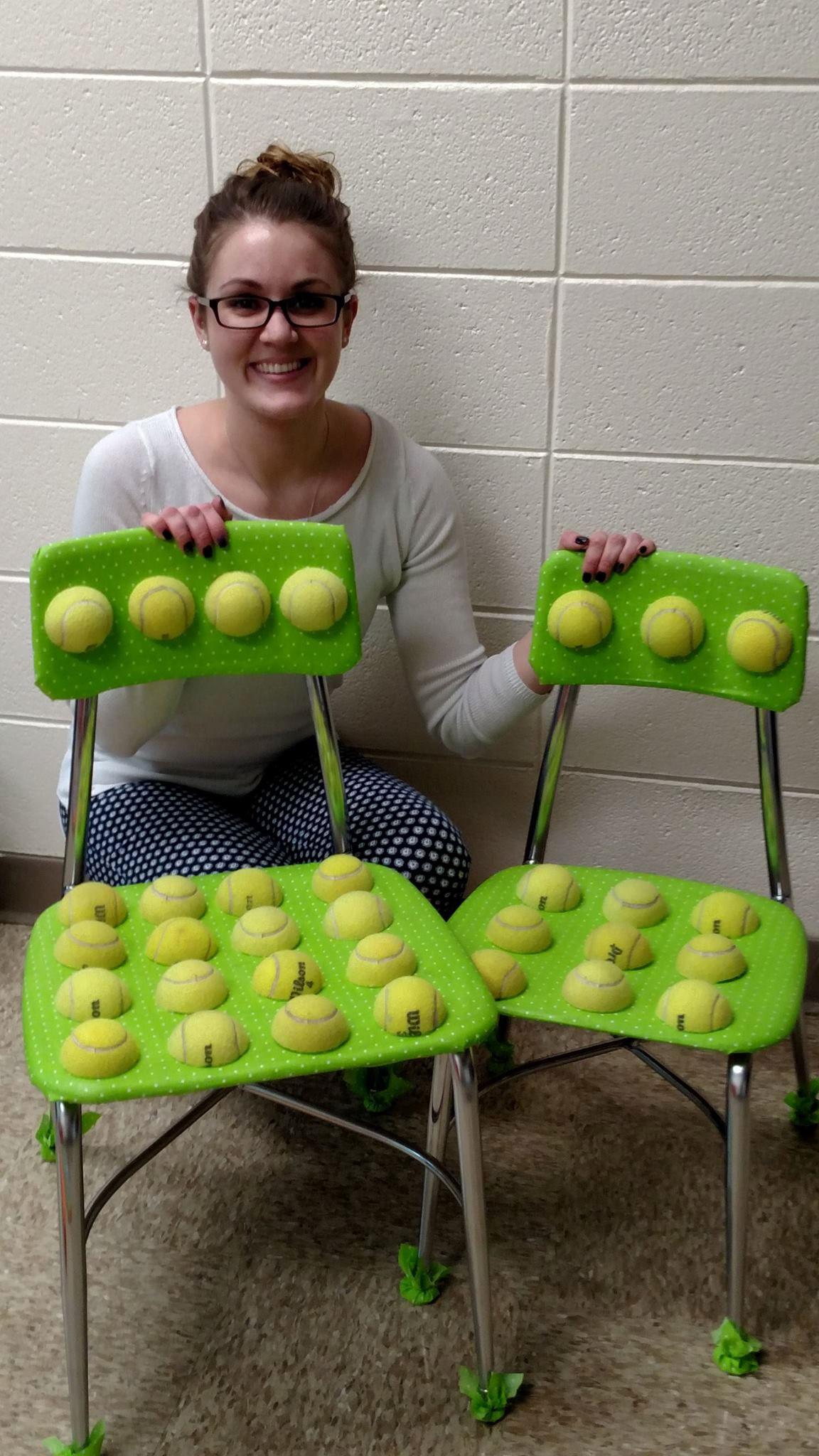 Corta pelotas de tenis por la mitad y las pega en las sillas, mira el cambio en sus estudiantes