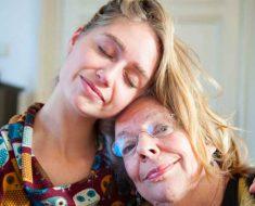 Una nueva investigación muestra que tu madre va a vivir más tiempo si la ves a menudo