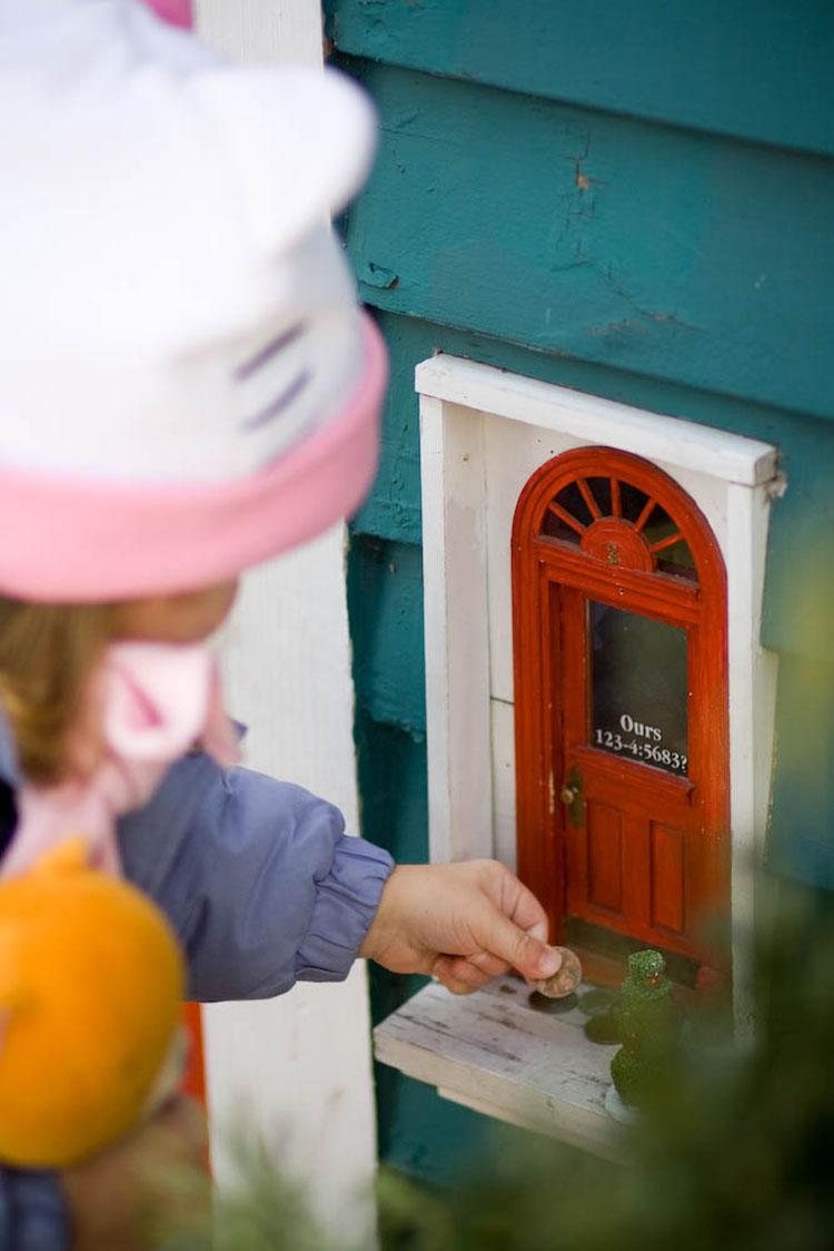 """Si caminas por esta ciudad, verás estas diminutas """"puertas de hadas"""". Esto es lo que significan"""