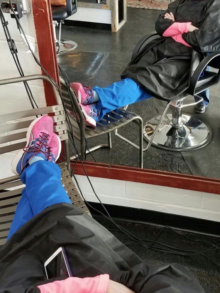 Enfermera se duerme en la silla de una peluquería, entonces ven sus zapatos y le hacen una foto secreta
