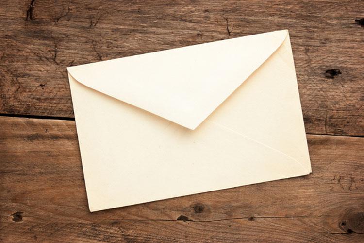 Un extraño le deja una misteriosa carta - lo que hay dentro la llevó hasta las lágrimas