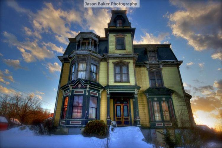Esta mansión de 1875 está siendo vendida excesivamente barata, pero nadie quiere comprarla