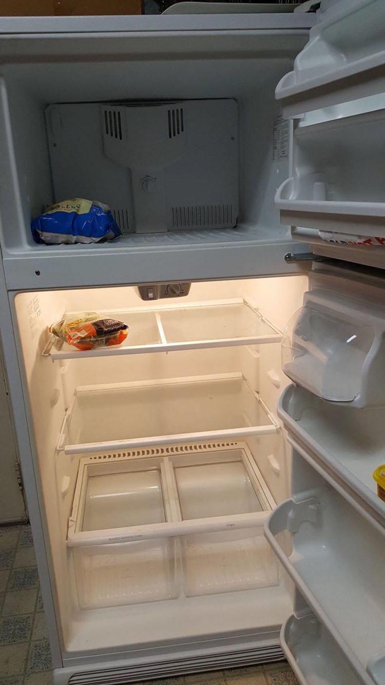 Un paciente pide a su enfermera que limpie su refrigerador, cuando abre la puerta, está totalmente vacío