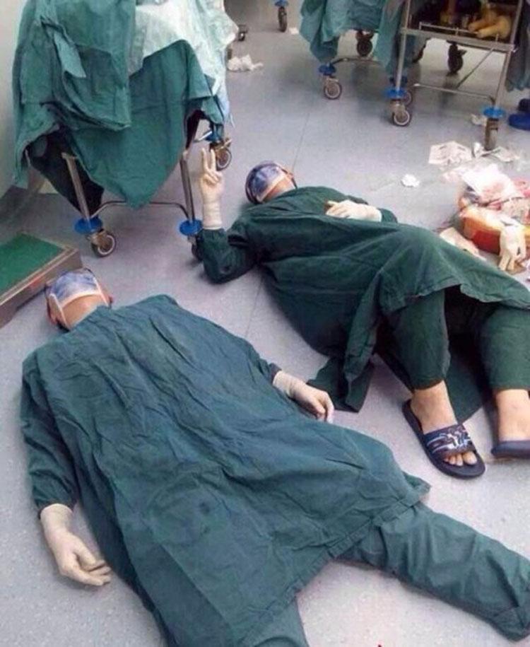 Los doctores se desploman después de 32 horas de operación - cuando se levantan, todo el mundo está sin palabras