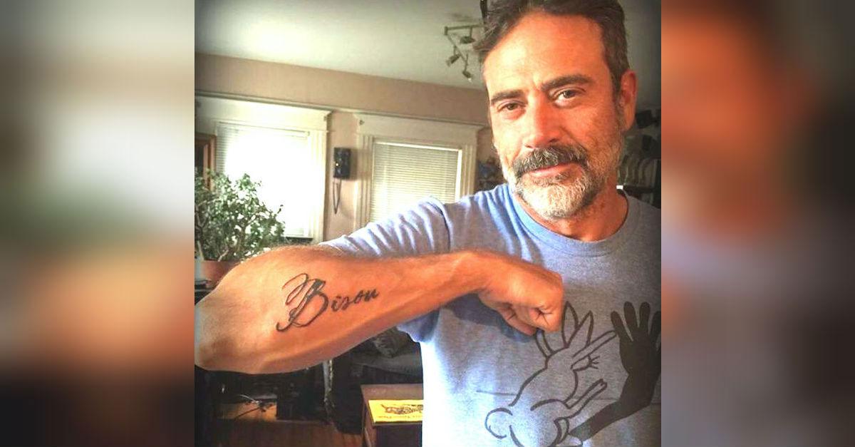 Este famoso actor muestra un tatuaje misterioso, después revela cuál es la razón