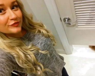 Se está hacienda otra Selfie. ¡Cuando algo aparece por debajo de la puerta y no puedo dejar de reír!