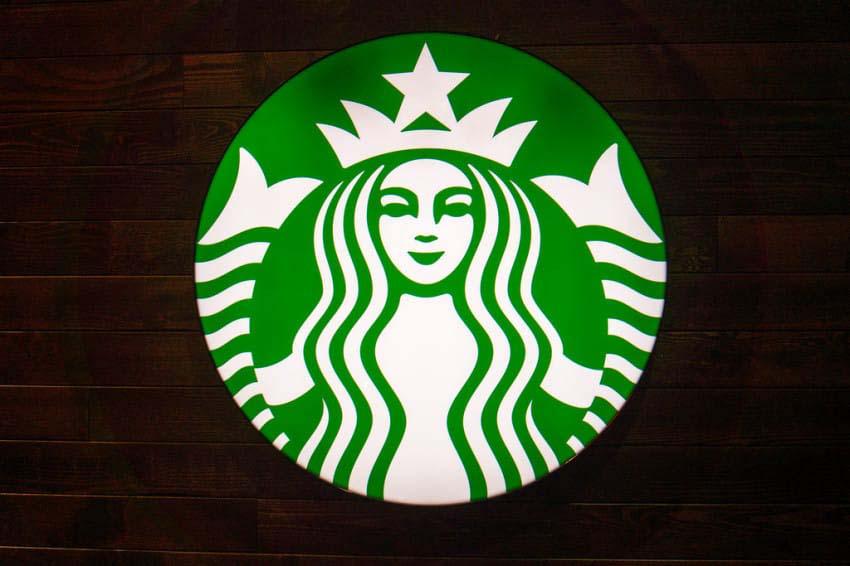Esta es la fascinante historia que está ocultando la sirena de su taza de Starbucks
