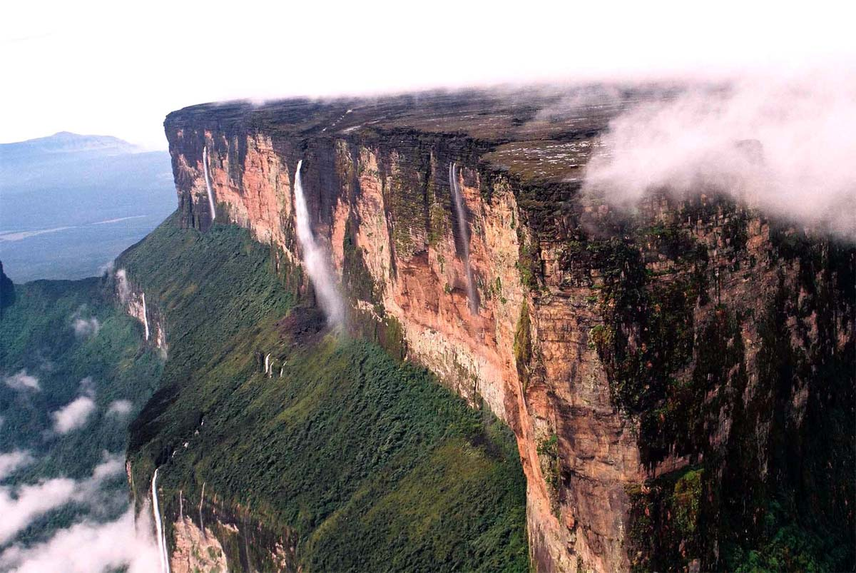 El misterioso Monte Roraima se eleva más de 2500 metros sobre las nubes