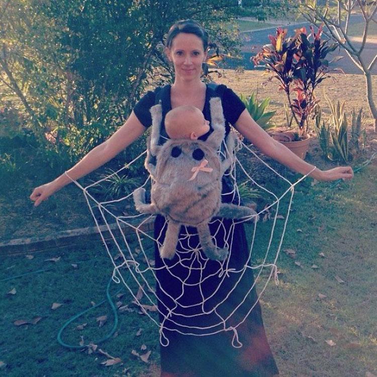 20 ideas geniales de disfraces para Halloween para padres con mochilas porta bebé 3