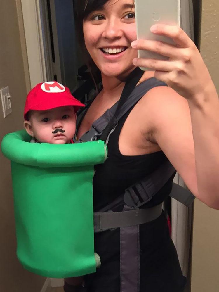 20 ideas geniales de disfraces para Halloween para padres con mochilas porta bebé 7