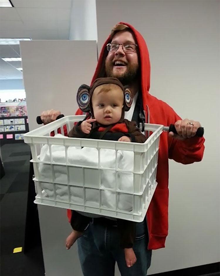 20 ideas geniales de disfraces para Halloween para padres con mochilas porta bebé 8